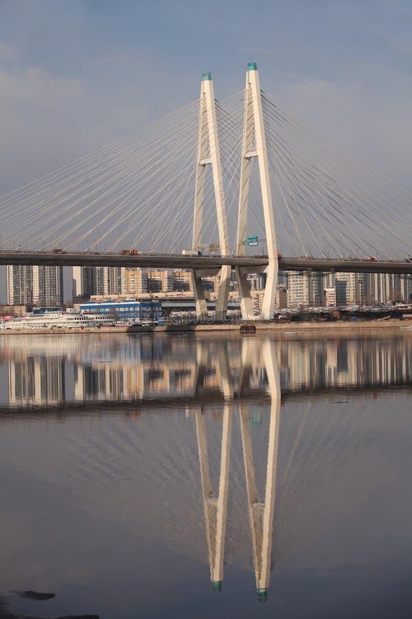 Pyloon kabel-gebleven brugbezinning stock fotografie
