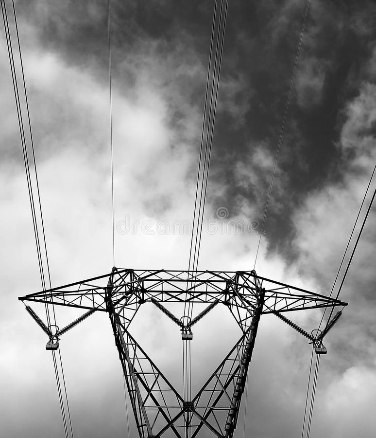 Pyloon met hoogspannings elektrische draden met zwart-witte effe royalty-vrije stock afbeeldingen