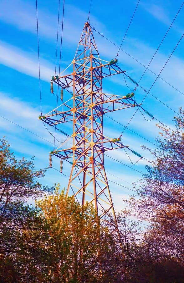 Pyloon van de machtslijn en lijnkabels de met hoog voltage De lijn van de machtstransmissie in zonnige dag royalty-vrije stock foto