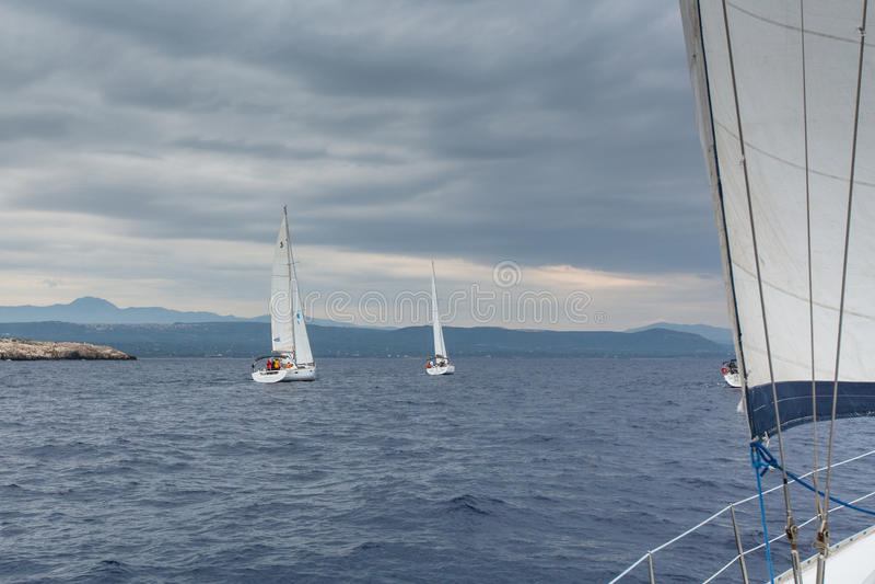 PYLOS, ΕΛΛΆΔΑ - οι βάρκες συμμετέχουν στο regatta ναυσιπλοΐας στοκ εικόνα