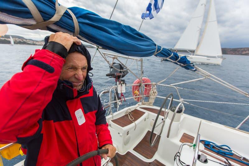 PYLOS, GRÈCE - les marins participent à la régate de navigation images libres de droits