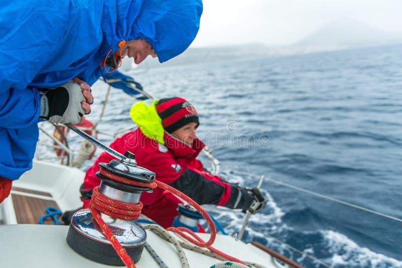 PYLOS, GRÈCE - les marins participent à la régate de navigation photo libre de droits