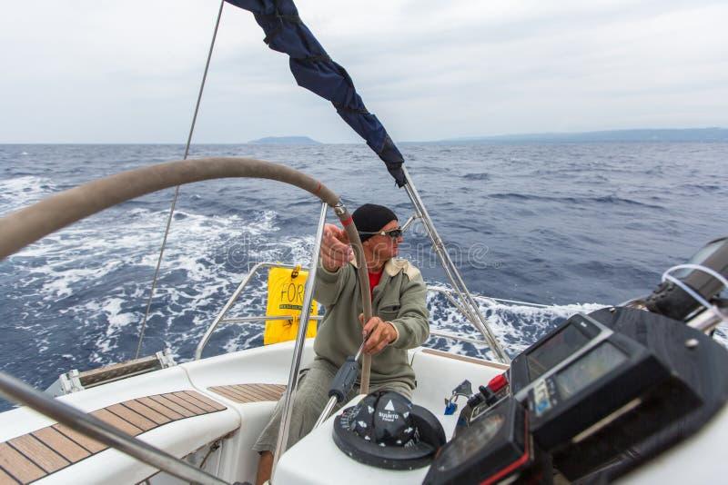 PYLOS, GRÈCE - les marins participent à la régate de navigation photo stock