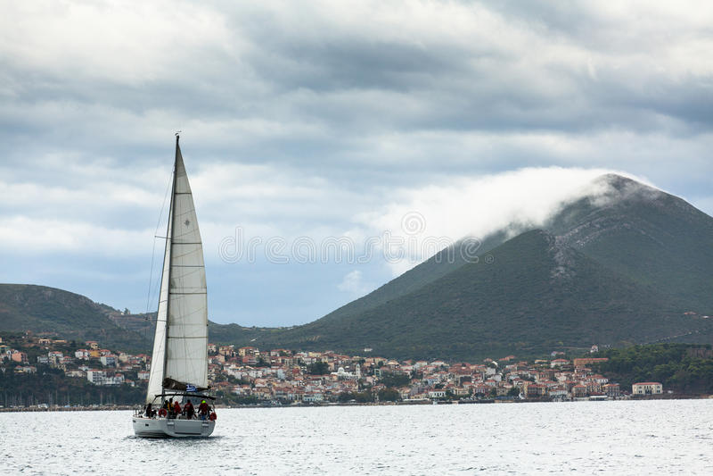 PYLOS, GRÈCE - les voiliers participent à la régate de navigation photos stock