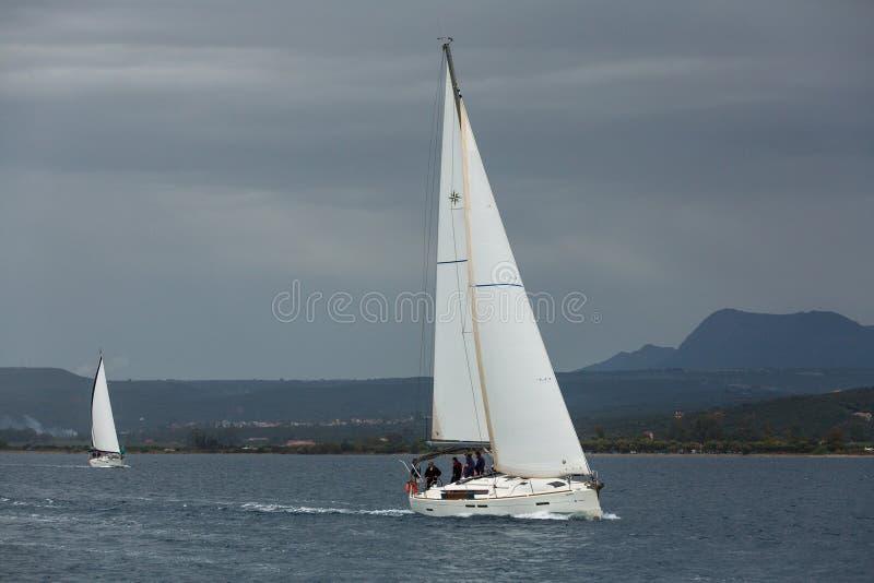 PYLOS, GRÈCE - les voiliers participent à la régate de navigation parmi le groupe d'île grec photographie stock libre de droits