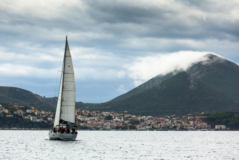 PYLOS GREKLAND - segelbåtar deltar i den 12th Ellada för seglingregatta hösten 2014 bland den grekiska ögruppen royaltyfri fotografi