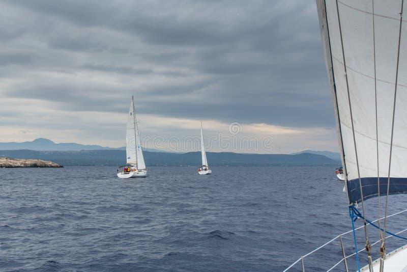 PYLOS, GRIECHENLAND - Boote nehmen an der Segelnregatta teil stockbild