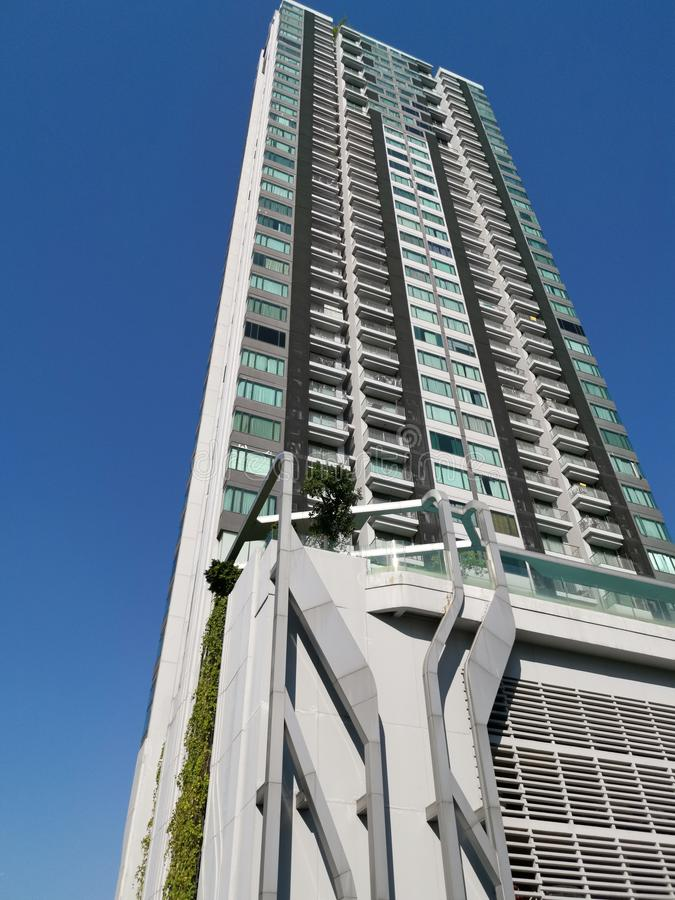 Pyne condominium si insinua nel cielo azzurro immagini stock
