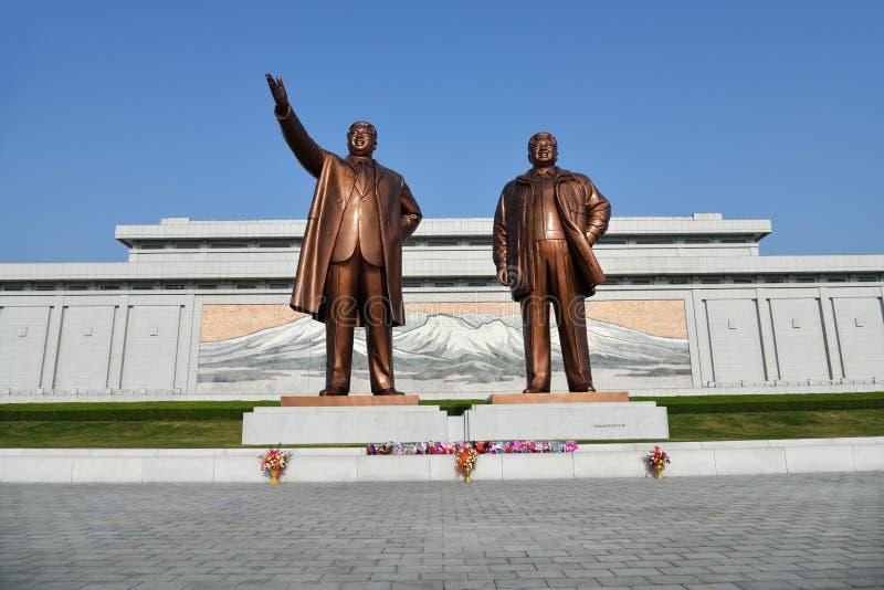 Pyong Yang, Cor?e du Nord Statue en bronze de Kim Il Sung et de Kim Jong Il sur la colline de Mansu images libres de droits