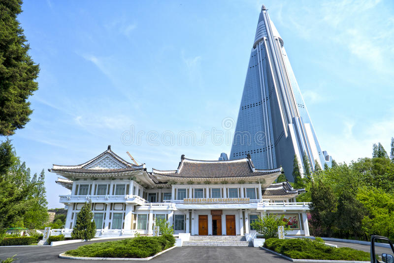 Pyongyang Borduurwerkinstituut en het Ryugyong-Hotel Pyongyang, DPRK - Noord-Korea stock afbeelding
