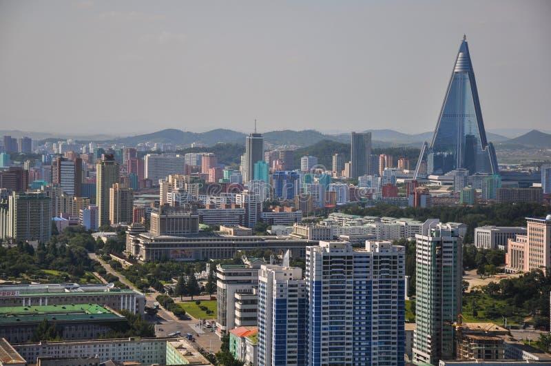 Pyongyang, Coreia do Norte, 09/07/2018: Hotel de Ryugyong com fachada nova imagens de stock