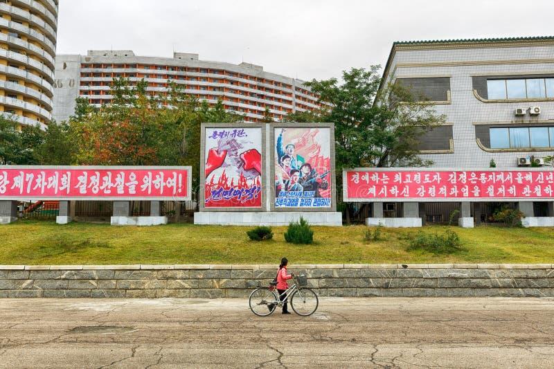 PYONGYANG, KOREA-OCTOBER NORTE 12,2017: Os cartazes e o s pacíficos fotografia de stock royalty free