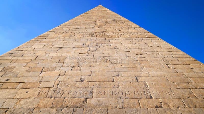 Pyramid av Cestius i Rome, Italien arkivfoto