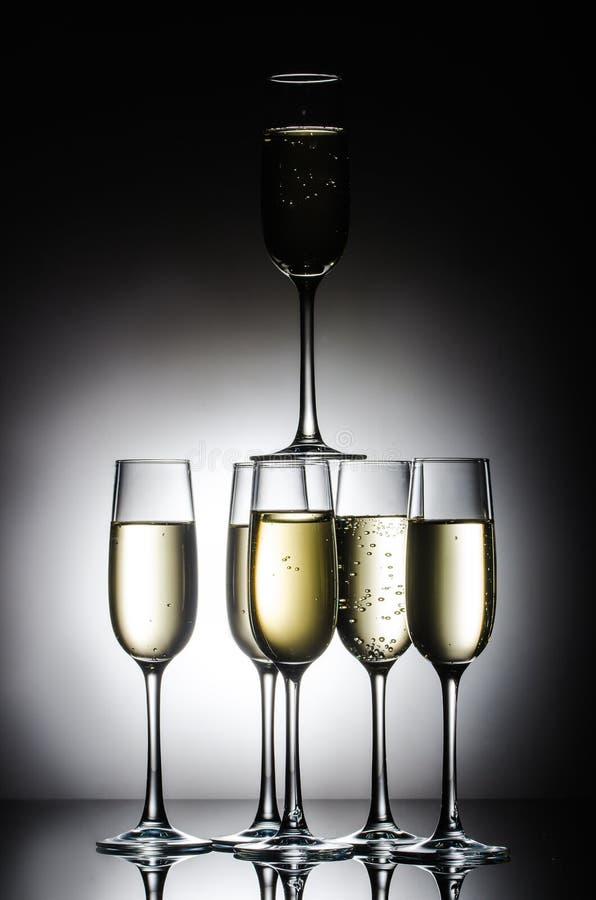Pyramid av champagneexponeringsglas fotografering för bildbyråer