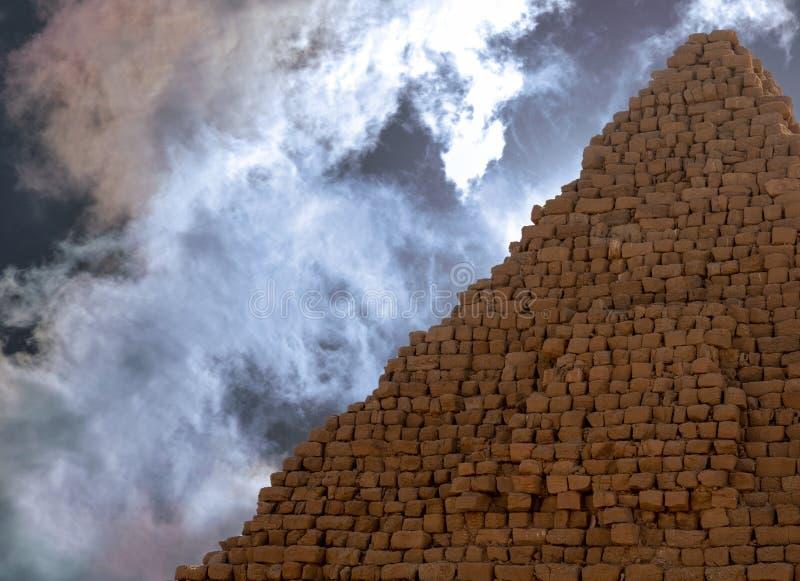 Pyramid av de svarta pharaohsna av Kush Empire i Sudan, Afrika, med dramatisk himmel royaltyfri fotografi