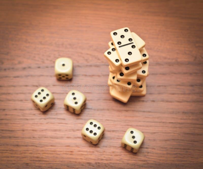 Pyramid av domino och tärning arkivbilder