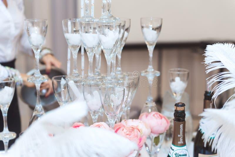 Pyramid av exponeringsglas med champagneslut upp royaltyfria bilder