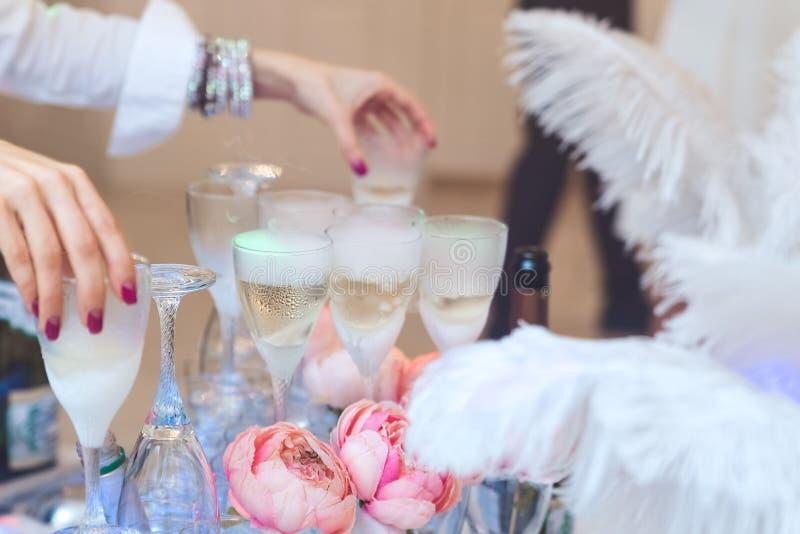 Pyramid av exponeringsglas med champagneslut upp royaltyfri fotografi