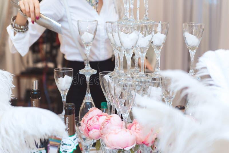 Pyramid av exponeringsglas med champagneslut upp fotografering för bildbyråer