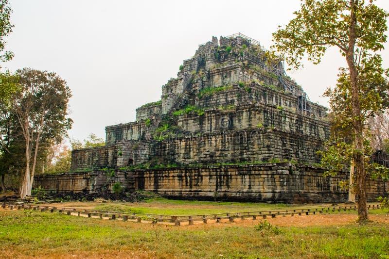 Pyramid av forntida komplexa Koh Ker, Cambodja fotografering för bildbyråer