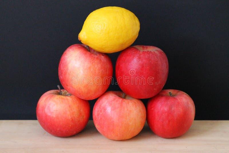 Pyramid av frukt royaltyfria foton