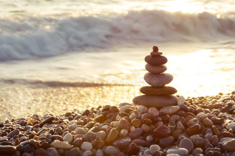 Pyramid av havsstenar på stranden royaltyfri foto