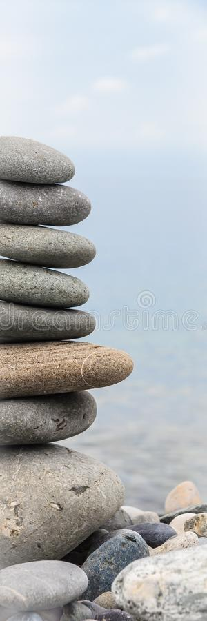 Pyramid av havsstenar p? kiselstenar av havskusten seascape Begreppet av j?mvikt och andlighet arkivbilder