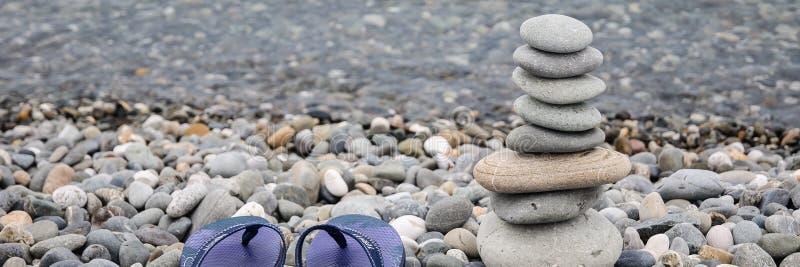 Pyramid av havsstenar p? kiselstenar av havskusten seascape Begreppet av j?mvikt och andlighet fotografering för bildbyråer