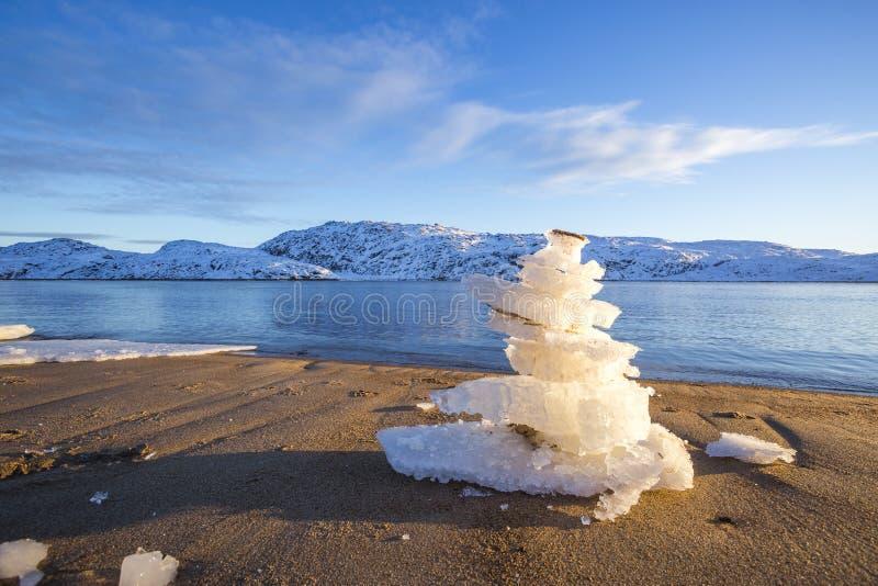 Pyramid av isisflak p? kust av det Barents havet royaltyfria bilder