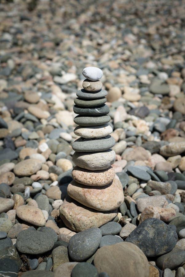Pyramid av kiselstenar på stranden royaltyfri fotografi