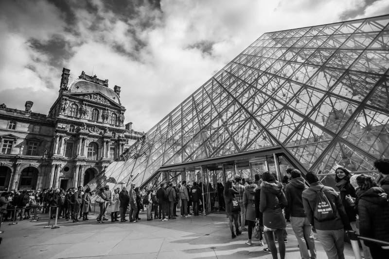 Pyramid av Louvre, Paris B&W arkivbilder