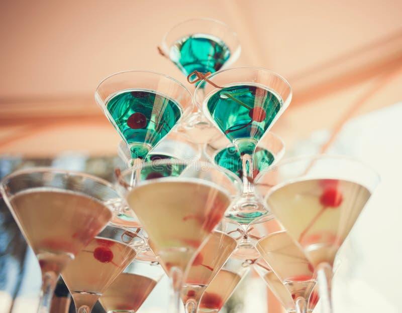 Pyramid av martini exponeringsglas royaltyfri fotografi