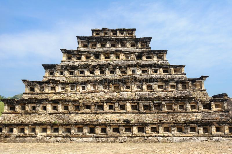 Pyramid av nischerna i den arkeologiska platsen för El Tajin, Mexico royaltyfri foto