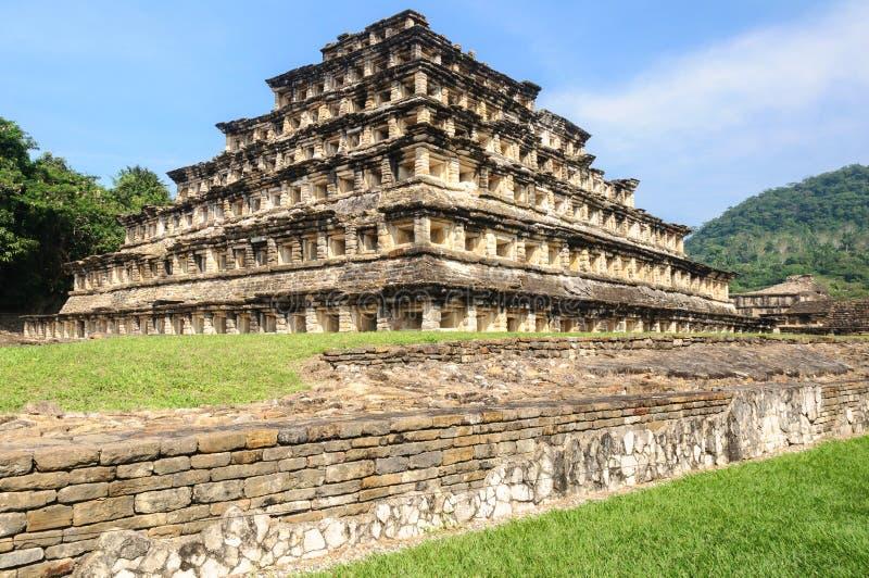 Pyramid av nischerna i den arkeologiska platsen för El Tajin, Mexico royaltyfria bilder