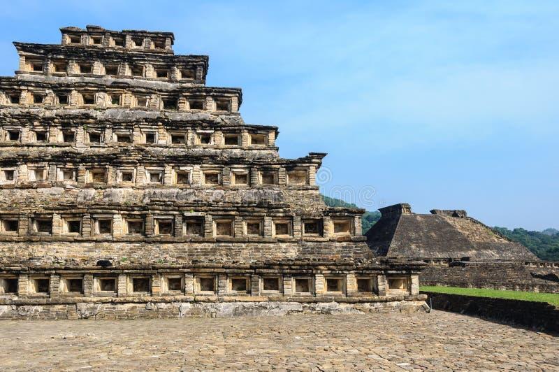Pyramid av nischerna i den arkeologiska platsen för El Tajin, Mexico royaltyfri fotografi