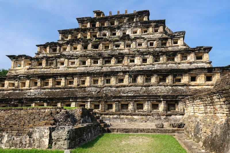 Pyramid av nischerna i den arkeologiska platsen för El Tajin, Mexico royaltyfria foton