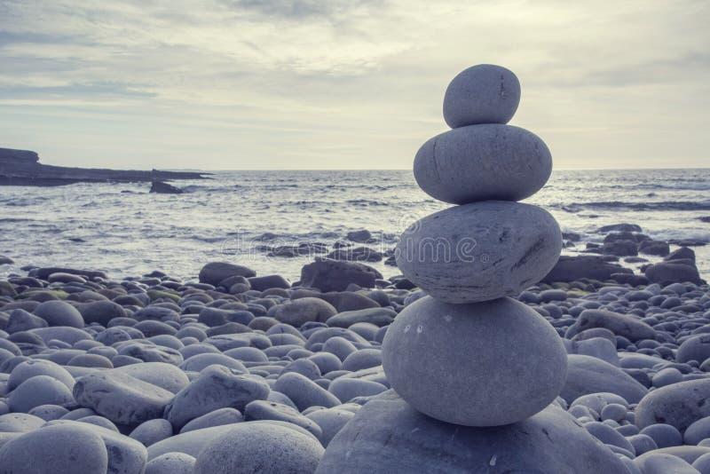Pyramid av pebbles royaltyfria foton