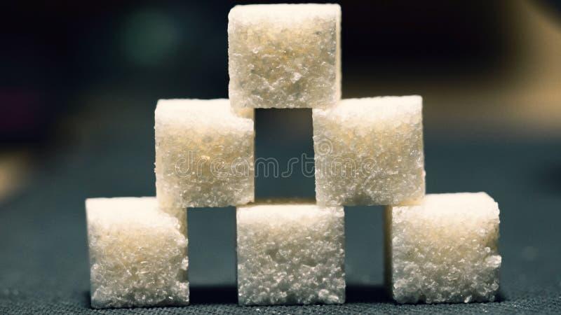 Pyramid av sex sockerkuber, låg ljus bakgrund fotografering för bildbyråer