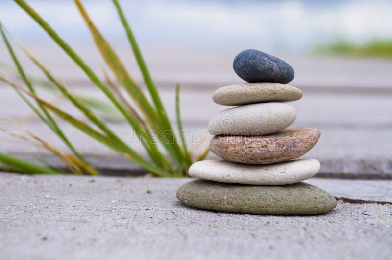 Pyramid av stenar med kiselstenar från stranden arkivfoton