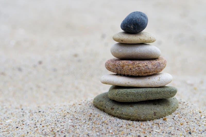Pyramid av stenar med kiselstenar från stranden arkivbilder