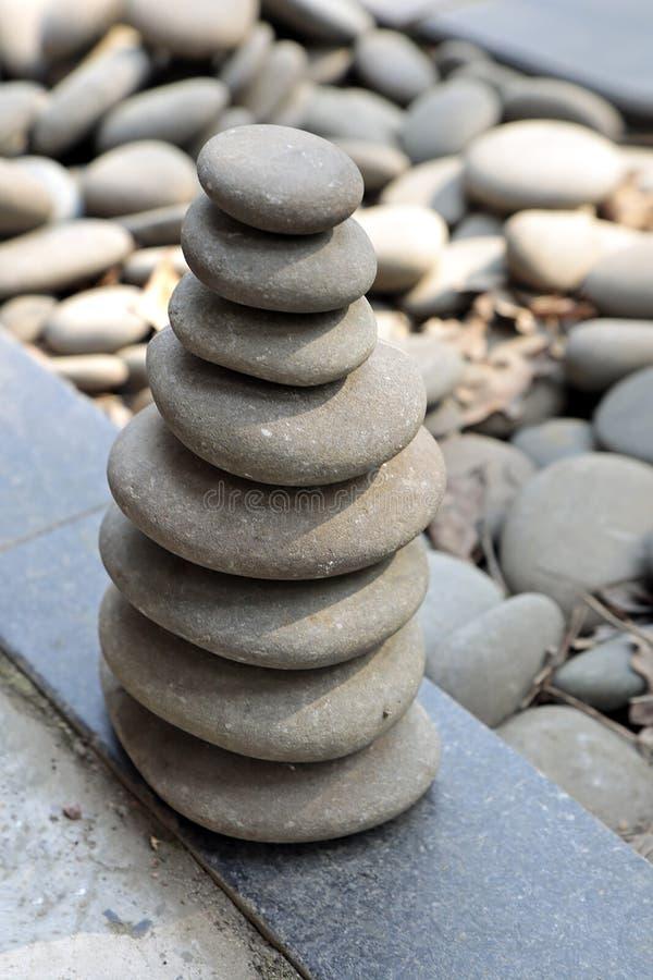 Pyramid av stora gråa kiselstenar fotografering för bildbyråer