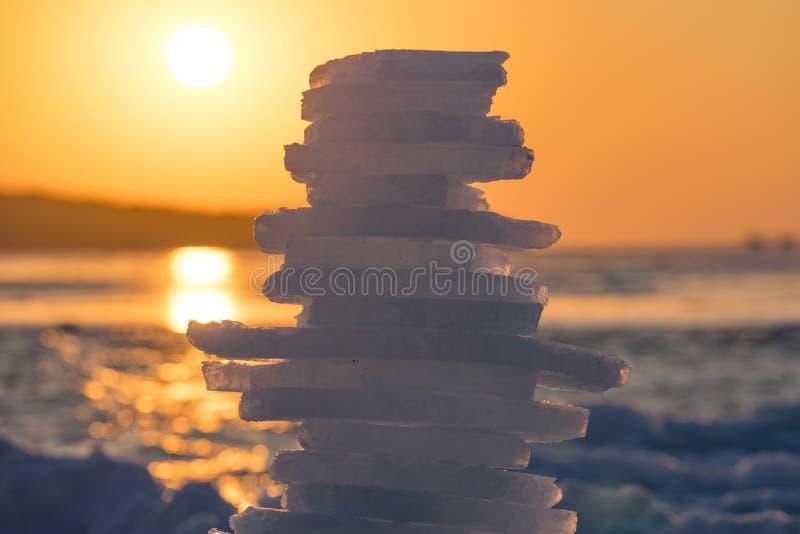Pyramid av stycken av is på solnedgången fotografering för bildbyråer