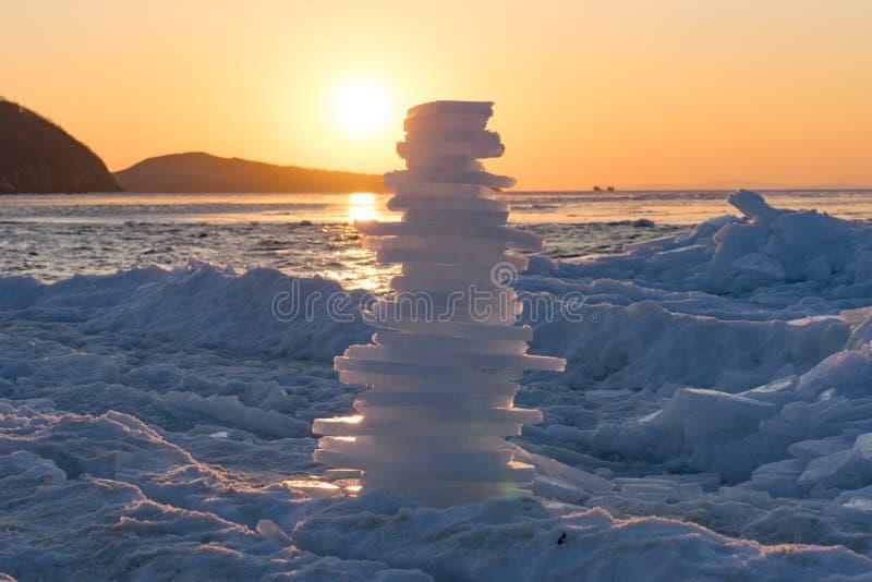 Pyramid av stycken av is på solnedgången royaltyfri foto