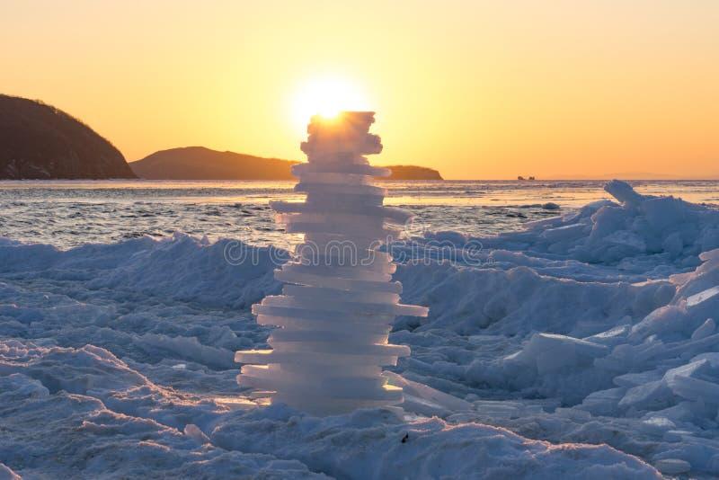 Pyramid av stycken av is på solnedgången arkivfoto