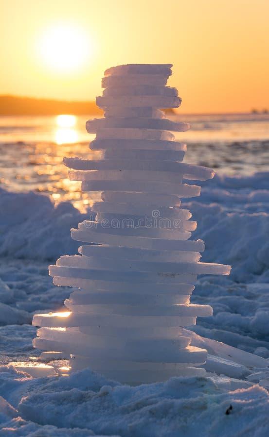 Pyramid av stycken av is på solnedgången royaltyfri bild
