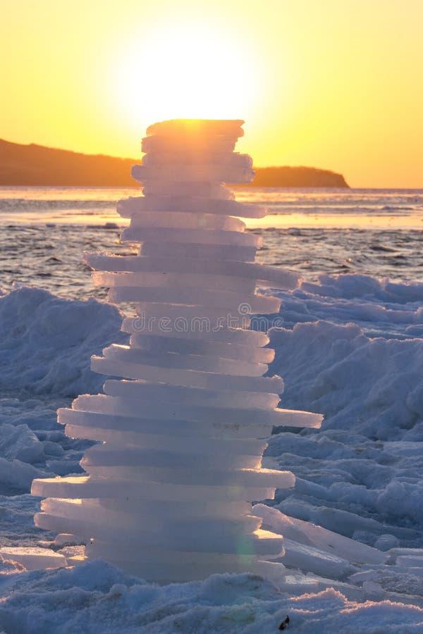Pyramid av stycken av is på solnedgången arkivfoton