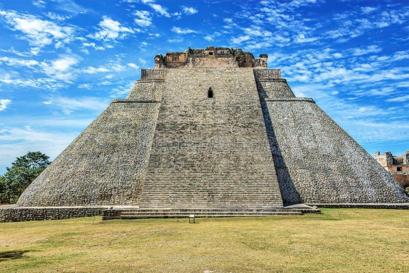 Pyramid av trollkarlen en momentpyramid i Uxmal, Mexico royaltyfria foton