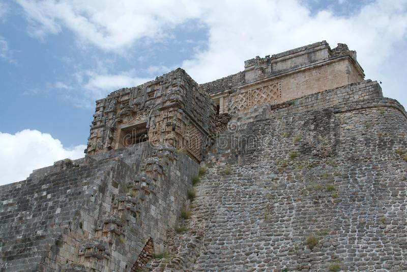 Pyramid av trollkarlen Uxmal, Yucatan, Mexico royaltyfri foto