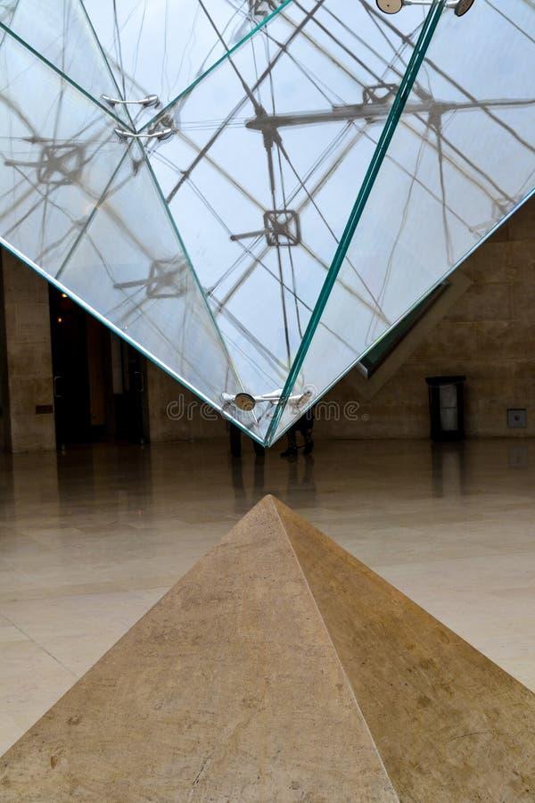 Pyramid, fullständighet och tomhet, sten och exponeringsglas, paris, Frankrike arkivbilder