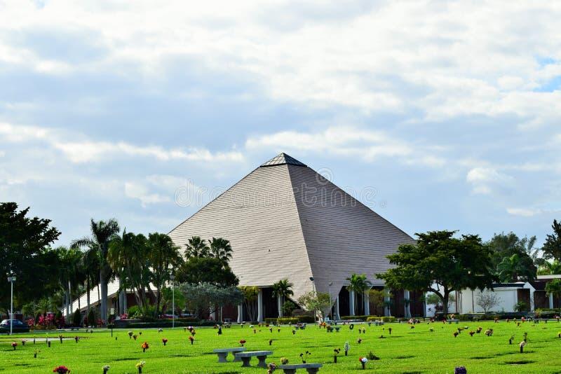 Pyramid i Florida med blå himmel arkivfoto